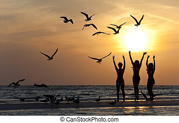 dançar, jovem, três, praia ocaso, mulheres