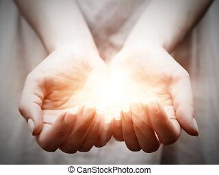 dar, mulher, compartilhar, luz, jovem, oferecendo, proteção, hands.