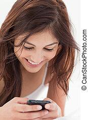 dela, cima, usando, mulher sorridente, smartphone