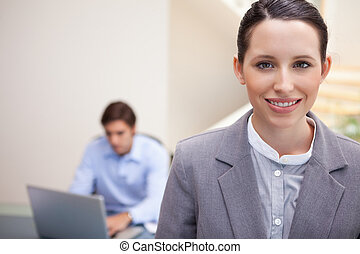 dela, laptop, seu, colega, trabalhando, sorrindo, atrás de, executiva, jovem