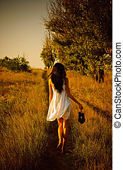descalço, sapatos, mão, field., menina, vestido, branca, vista traseira