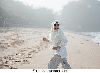desfrutando, executando, mulher, praia, muçulmano