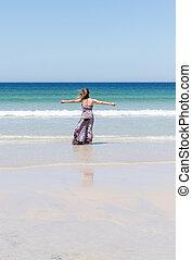 desfrutando, mulher, dela, braços, liberdade, abertos, relaxante, praia