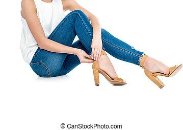 desgastar, calças brim, isolado, recortado, calcanhares, menina, branca, vista