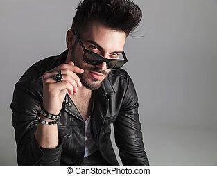 desgastar, casaco, óculos de sol, couro, sobre, olhar, retrato, sedutor, homem