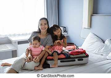 dois, olhar, enquanto, asiático, dela, sorrizo, mãe, crianças, câmera
