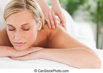 durante, fim, centro, lounger, wellness, relaxante, sorrindo, massagem, cima, olhos fechados, mulher