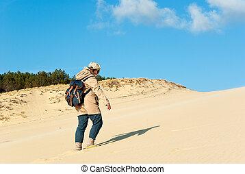 escalando, areia, mulher, jovem, duna