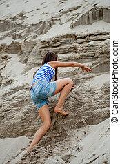 escalando, menina, areia