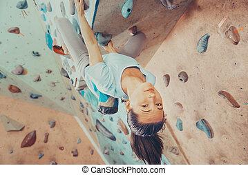 escalando, mulher sorri, indoor, jovem