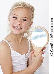 espelho, menininha, segurando, tocando