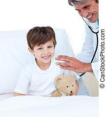 exame, pequeno, assistindo, menino, paciente, médico