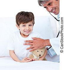 exame, pequeno, assistindo, sorrindo, menino, médico