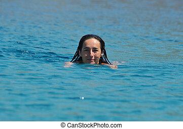 excitado, mulher, jovem, mar, natação