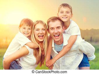 família, natureza, jovem, dois, ao ar livre, desfrutando, crianças, feliz