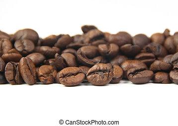 feijões café, fundo branco, assado