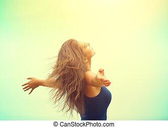 feliz, desfrutando, menina, levantamento, beleza, ao ar livre, mãos, mulher, nature.