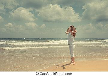 feliz, desfrutando, praia, criança