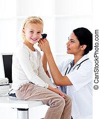 feliz, exame, pequeno, assistindo, menina, médico