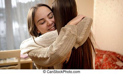 feliz, reunião, meninas, dois, adolescente, sorrindo, lar