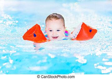 feliz, rir, divertimento, menina, toddler, tendo, piscina, natação