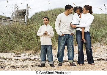 ficar, família, africano-americano, junto, praia, feliz