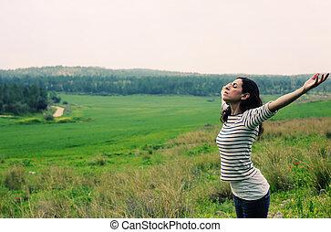 ficar, mulher, braços abertos, ao ar livre