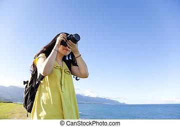 ficar, mulher, foto, mochila, jovem, colina, levando