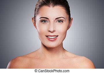 ficar, mulher, natural, maduras, beauty., shirtless, cinzento, contra, enquanto, fundo, retrato, sorrindo