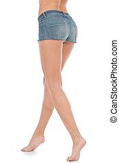 ficar, mulher, shorts, shorts., calças brim, jovem, isolado, branca, vista, parte traseira, mulheres