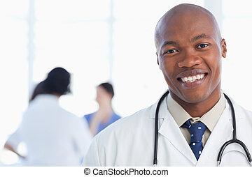 ficar, pescoço, seu, doutor, estetoscópio, sorrindo, ao redor