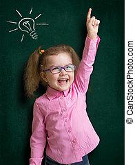 ficar, sala aula, escola, quadro-negro, idéia, luminoso, criança, menina, óculos, feliz