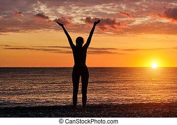 ficar, silueta, cima, mãos, menina, praia, sunset.