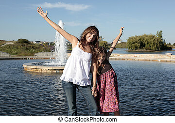 filha, braços estendidos, mãe