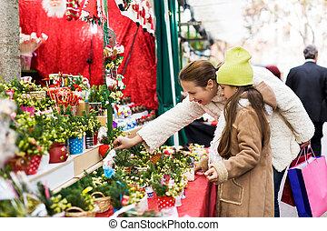filha, comprando, pequeno, composição, floral, mulher