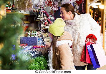 filha, mulher, comprando, presentes, pequeno
