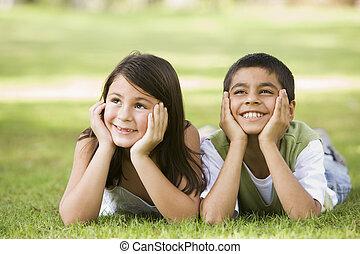 focus), parque, jovem, dois, ao ar livre, (selective, sorrindo, crianças, mentindo