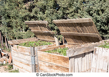 frente, madeira, orgânica, feito à mão, par, vistas, enchido, waste., composters