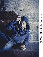 grunge, álcool, alcoólico, sentando, rua, garrafa, canto, bebendo, chão, homem