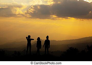grupo, silueta, pôr do sol, verão, menina, tocando, colina, feliz