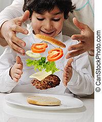 hambúrguer, menino, mãe pequena, mãos