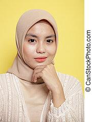 hijab, fim, desgastar, segurando, olhar, sorrindo, mandíbula, câmera, enquanto, mulher, dela, cima