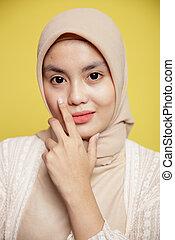 hijab, fim, desgastar, segurando, olhar, sorrindo, mandíbula, câmera, enquanto, mulher, dela, pose, cima