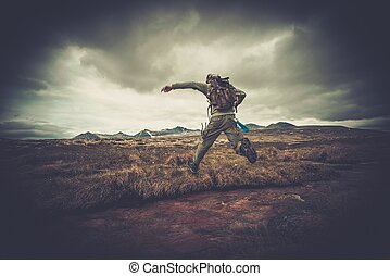 hiker, pular, pequeno, rio, através, homem