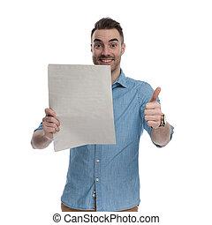 homem, casual, feliz, gesticule, jornal, ok, segurando