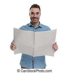 homem, casual, jornal, segurando, positivo, sorrindo