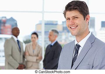 homem negócios, ele, vertical, entre, equipe, sorridente pé, seu
