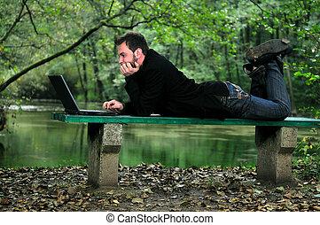 homem negócios, laptop, ao ar livre, jovem, trabalhando