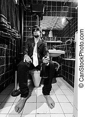 homem, senta-se, uísque, bêbado, banheiro, garrafa