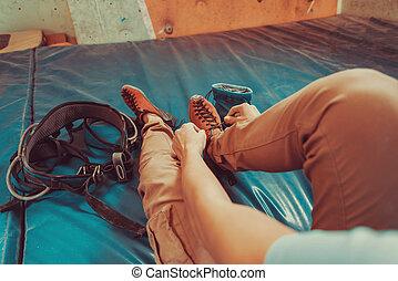 indoor, escalando, mulher, pôr, sapatos